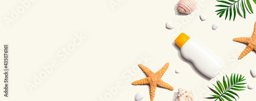 Fotografie, Obraz Sunblock bottle with starfish and seashells