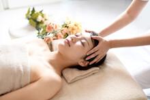エステサロンでヘッドマッサージの施術を受ける若い女性