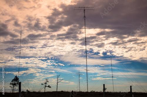Canvas Paisagem ao entardecer com antenas de rádio