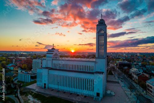 Obraz na plátně Amazing red sunset view over the Kaunas Lord Jesus Christs Resurrection Basilica