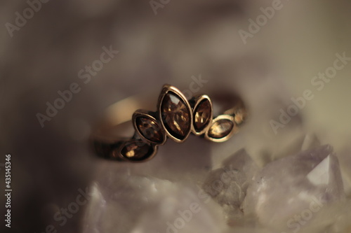 mały  pierścionek  z  kolorowym  oczkiem  pozostawiony  na  kamieniach