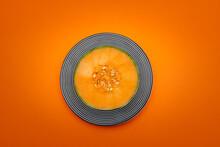 Demi Melon Sur Fond Coloré Orange