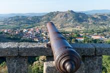 Cañón Medieval Defendiendo Un Fuerte En La Montaña