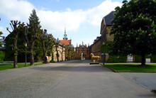 Allee Vor Den Toren Von Schloss Bückeburg In Niedersachsen.