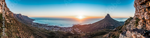 Stunning sundown dusk panoramic view from Table Mountain out towards Camps Bay a Fototapete