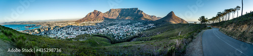 Fotografia Iconic panorama of Table Mountain and the city bowl - Great outdoors adventure t