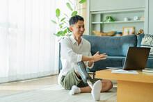 オンライン会議中の義足の男性