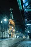 Fototapeta Londyn - Ulica Basztowa w Krakowie z domem pod globusem w nocy - widoczne tramwaje