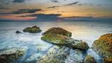 Fototapeta Fototapety z morzem do Twojej sypialni - Widok o wschodzie słońca na skały w morzu adriatyckim