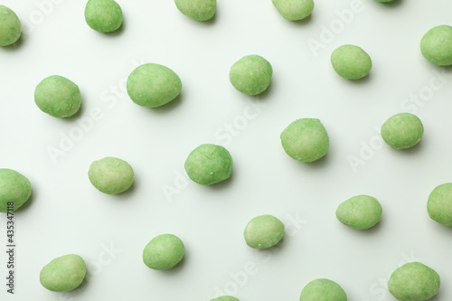 Photo Flat lay with wasabi nuts on white background