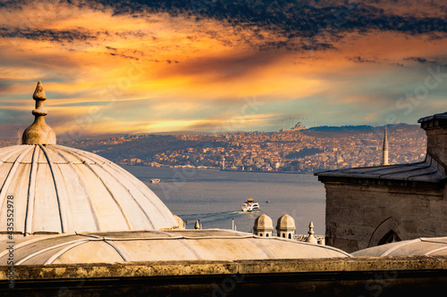 Canvas The view of the Bosphorus and old town of Istanbul, Turkey.