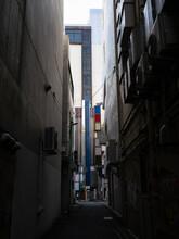 細いビル街の路地