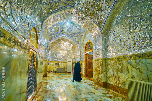 фотография Islamic cleric in Imam Zadeh Jafar Shrine, Yazd, Iran