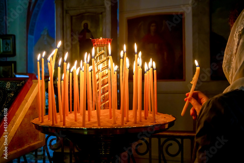 Papel de parede woman and candles are fired inside the Church of the Prophet Elijah in Haifa, Is