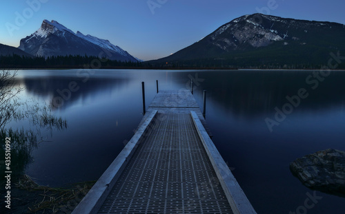 Early morning view of Mount Rundle and boat dock at Vermilion Lakes in Banff Nat Fototapet