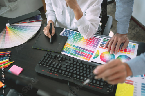 Fotografia Freelance creative designer team creation project with color chart in meeting