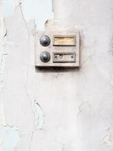 Une Vieille Sonnette Accrochée Sur Un Mur De Pierre à L'entrée D'une Maison