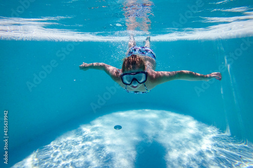 Fotografia Photo underwater in the swimming pool on a beautiful summer holiday day