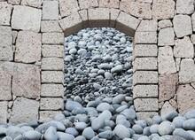 Rocas Entrando Por La Puerta.