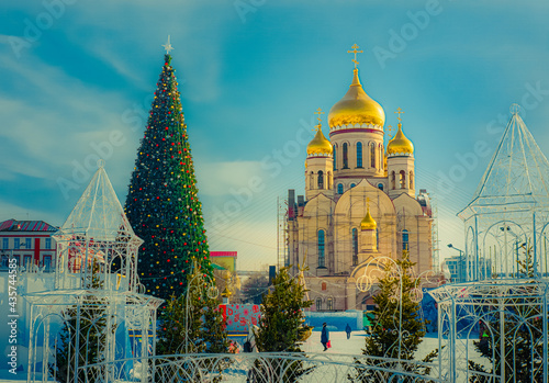 Fotografía Beautiful orthodox church with golden domes and Christmas tree