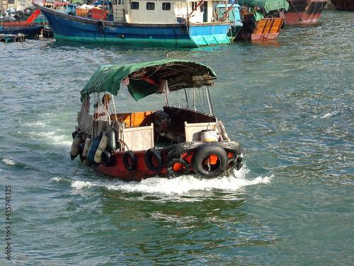 Carta da parati Hong Kong fishing boat on the sea - sampan