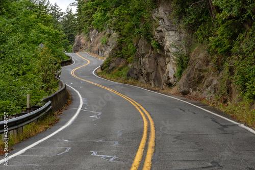 Fotografía Winding paved roadway curves along mountainside