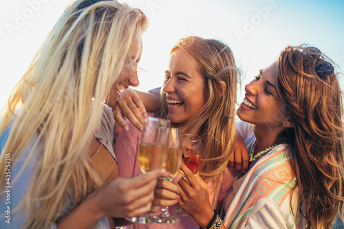 Canvastavla Happy young women drinking champagne at bachelorette party on the beach
