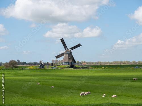Photo Dutch windmill in polder landscape with beautiful clouds