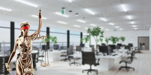 Tela Justitia vor Büro als Arbeitsrecht und Tarifvertrag Konzept