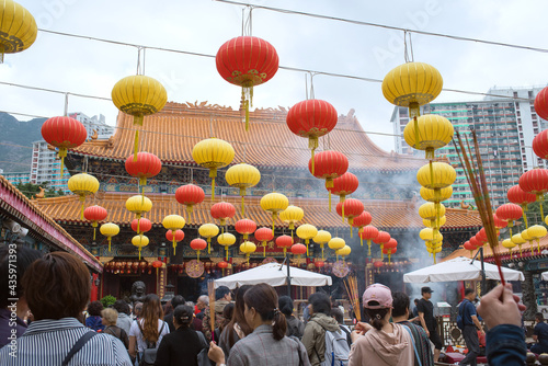 Tableau sur Toile Chinese lanterns and crowd of people in Wong Tai Sin Temple, Hong Kong 香港の寺 黄大仙廟