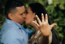 Pareja De Latinos Besándose Mostrando Anillo De Compromiso En Primer Plano