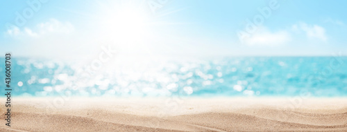 Foto Sea beach with hot sand and sunny bokeh