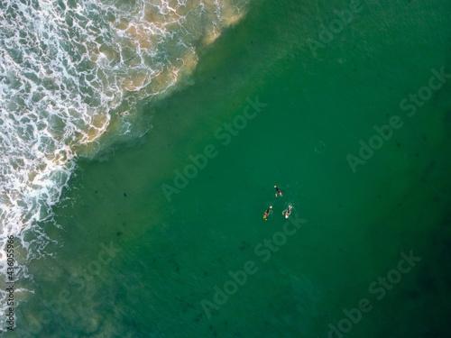 Fotografiet Aerial view of surfers floating in lineup at Belongil Beach, Byron Bay, Australi
