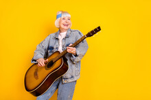 Photo Portrait Of Elder Woman Playing Acoustic Guitar On Festival Feeling Young Isolated Vivid Yellow Color Background