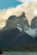 Montanha Majestosa Com O Pico Do Main Horn Com Neve Na Rocha Lindamente Esculpida Pela Natureza Com O Lago Pehoe Passando Em Sua Base