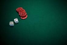 Mesa Verde Con Fichas De Poker Y Dados