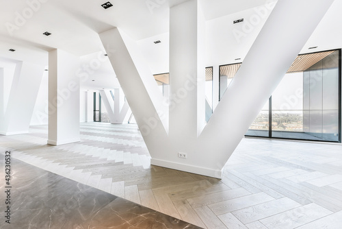 Fotografía Balcony of luxury apartment in high rise building with glass fence and view of c