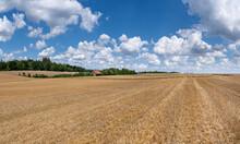 Stoppelfeld In Ländlicher Idylle Im Sommer Mit Entfernter Scheune Und Wolkenlandschaft