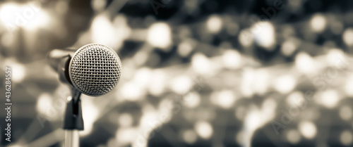 Fotografia Microphone Public speaking backgrounds, Close-up the microphone on stand for speaker speech presentation stage performance with blur and bokeh light background