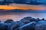 Fototapeta Fototapety z morzem do Twojej sypialni - Skały nad morzem Adriatyckim w Grecji o wschodzie słońca