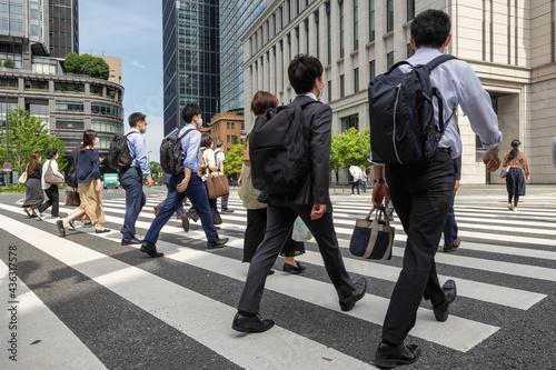 Canvastavla 横断歩道を渡るビジネスマンたち