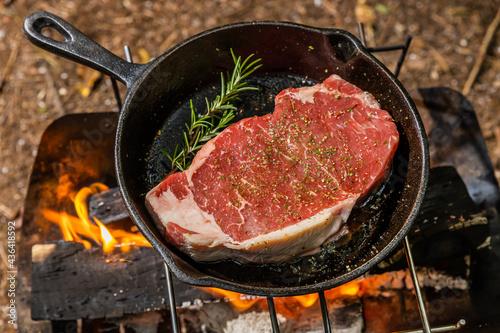 キャンプでアウトドア料理 Delicious outdoor food at the camp Fotobehang