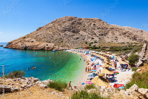 Fotografia View of the beautiful Oprna beach in the adriatic bay of the Krk island