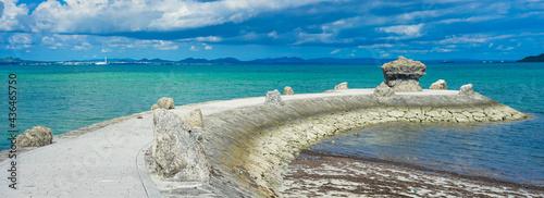 Fotografia 沖縄本島、海中道路の展望台近くにある「象の鼻」の様に湾曲した琉球石灰岩で造られた堤防