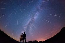 流星群と天の川を見つめる恋人