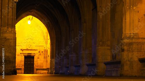 Fényképezés Intérieur de la Cathédrale Saint-Pierre de Condom, illuminé faiblement par l'écl