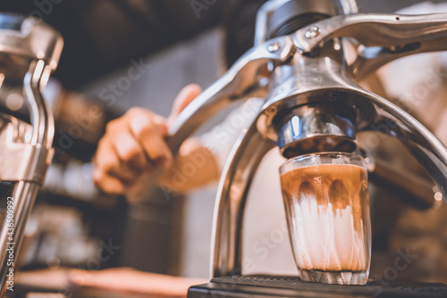 Canvastavla professional barista making hot drink of a fresh coffee in vintage cafe, cup of