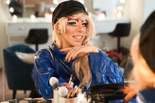 Drag queen sitting at the dressing table and looking at his reflection Fototapet