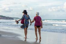 Idosa Caminhando Na Areia Da Praia Com Amiga