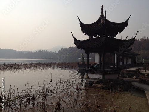 Cuadros en Lienzo Abendstimmung mit Pavillon in Hangzhou in China